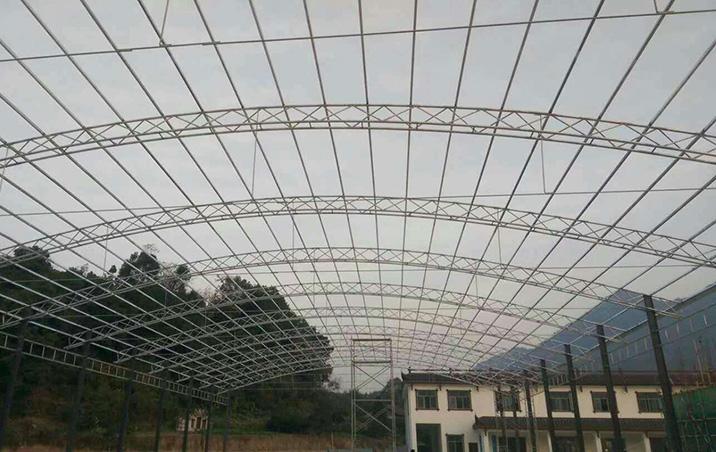 惠州农贸市场轻钢结构雨棚施工中